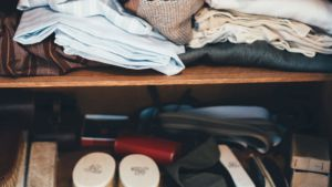 Photo d'un dressing en désordre