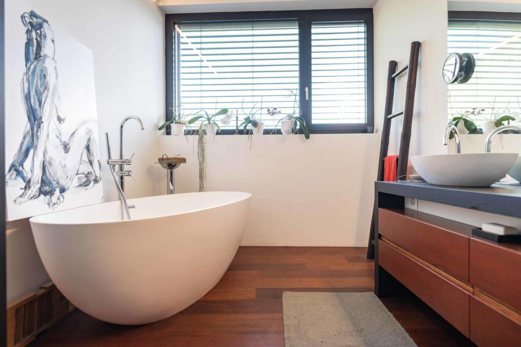 Photo d'une salle de bain moderne avec parquet