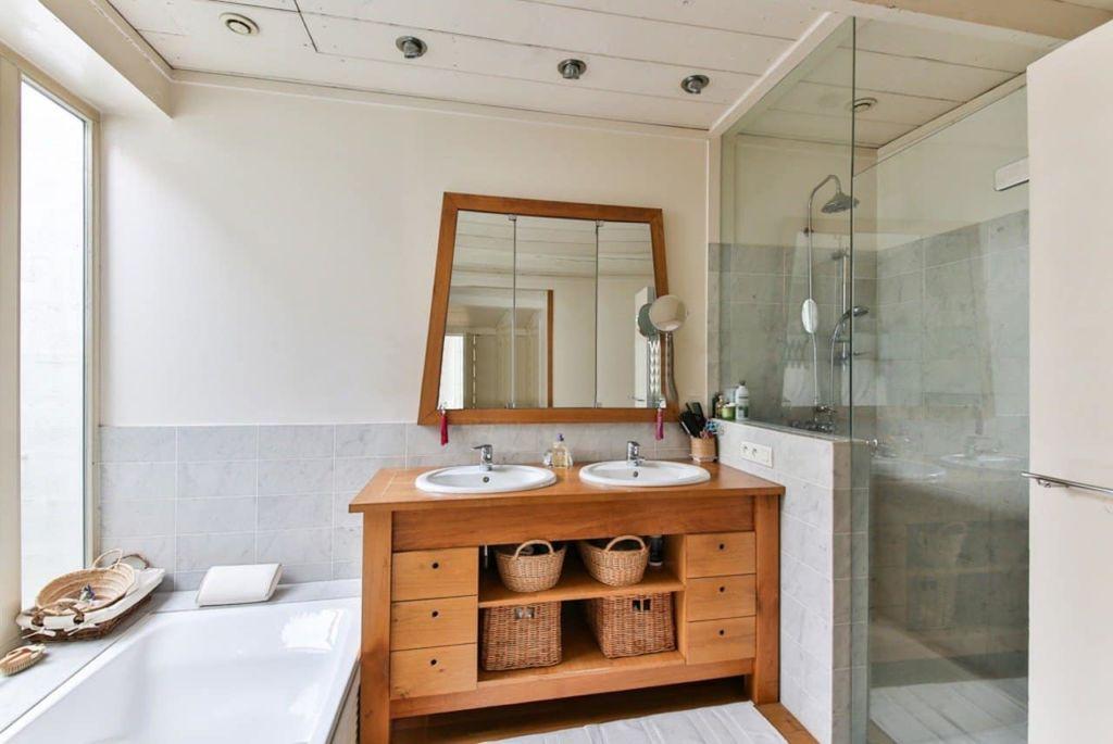 Photo d'une salle de bain avec meubles en bois
