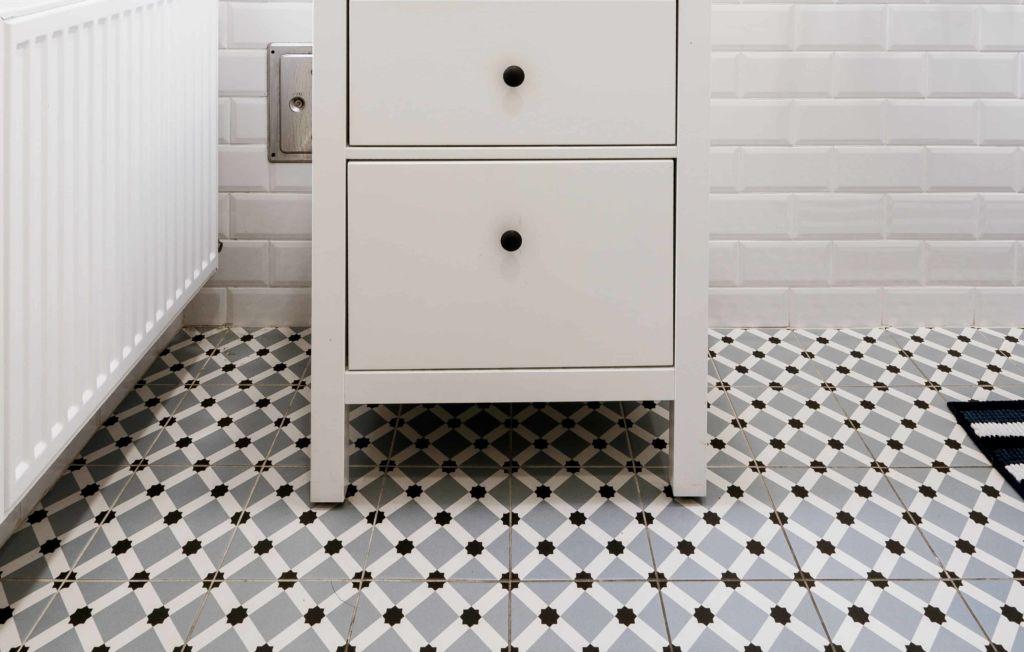 Photo d'un carrelage mosaïque dans une salle de bain