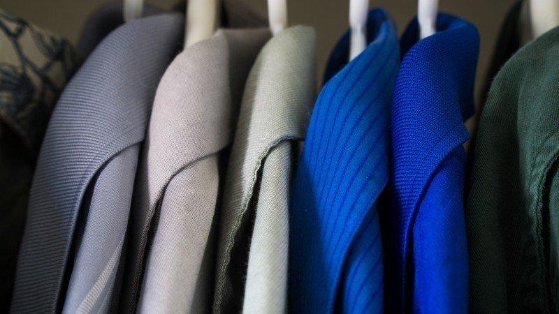 Photo de vestes suspendus