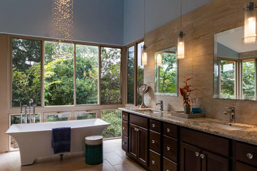 Photo d'une salle de bain lumineuse avec verrière