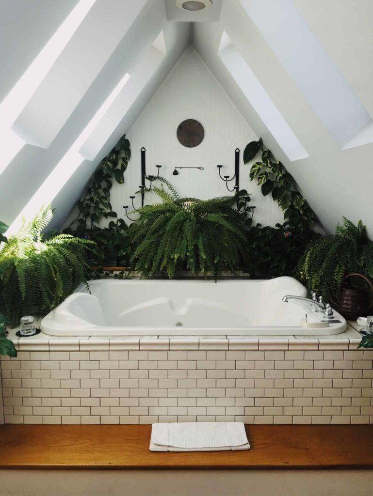 Photo d'une baignoire avec un revêtement en carrelage