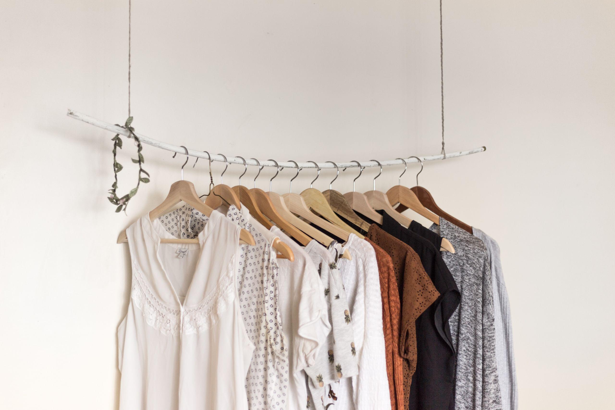 Photo de vêtements suspendus à des cintres