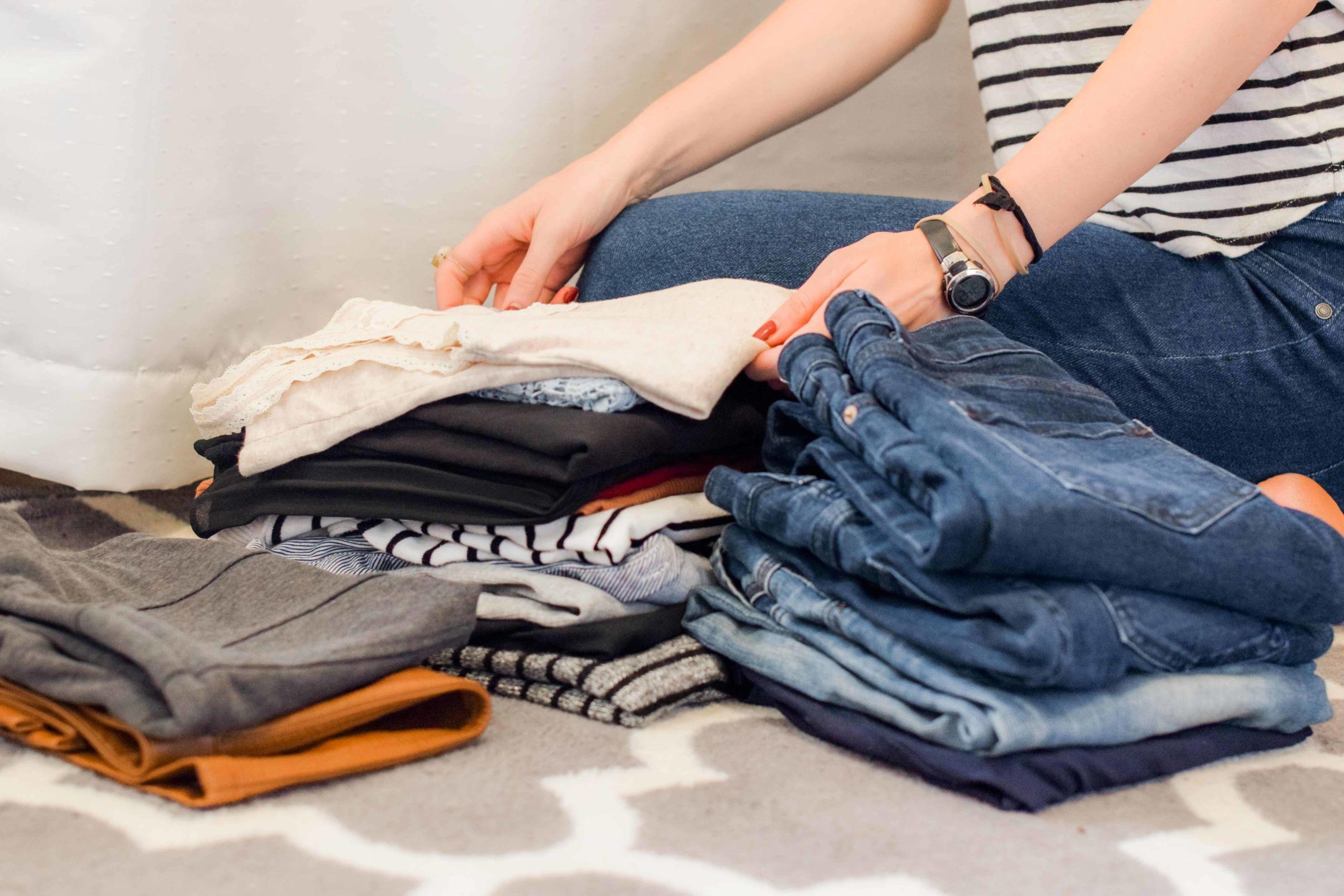 Photo d'une femme entrain de trier ses vêtements